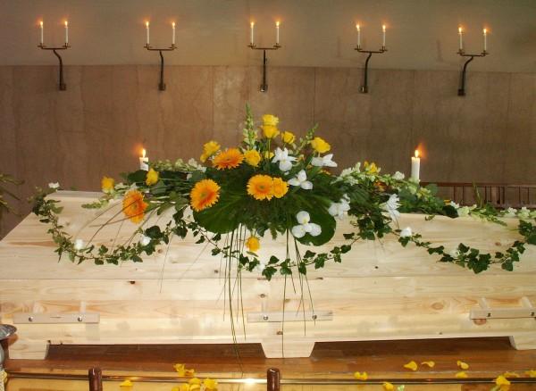 begravningsblommor-gula-gerbera