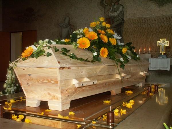 begravningsblomma-gula-rosor-gerbera