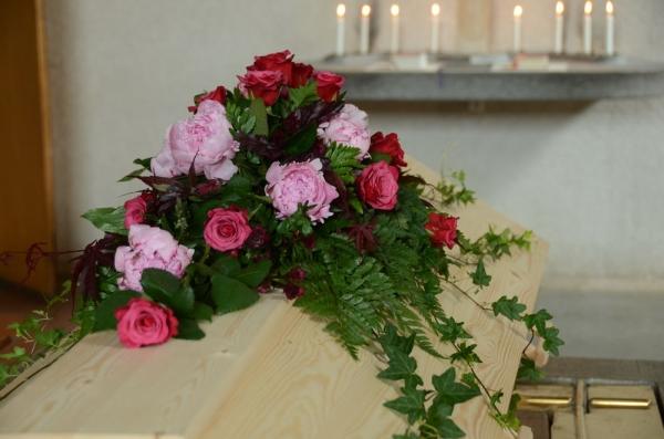 begravningsblommor-rosor-pioner
