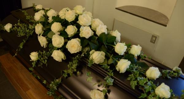 begravningsblomma-vita-rosor