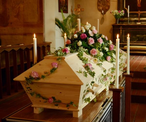 begravningsblomma-kista-rosor