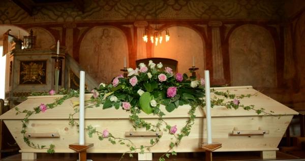 begravningsblommor-rosa-rosor