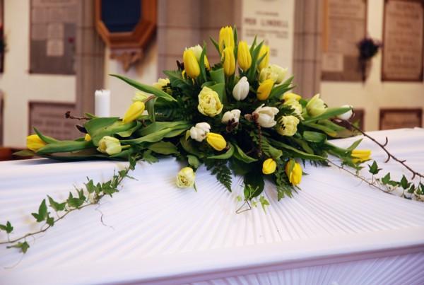 begravningsblommor-tulpaner-kista