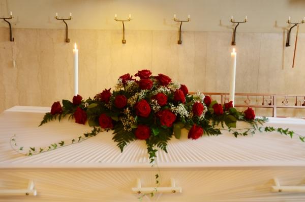 begravningsblommor-rosor-brudslöja