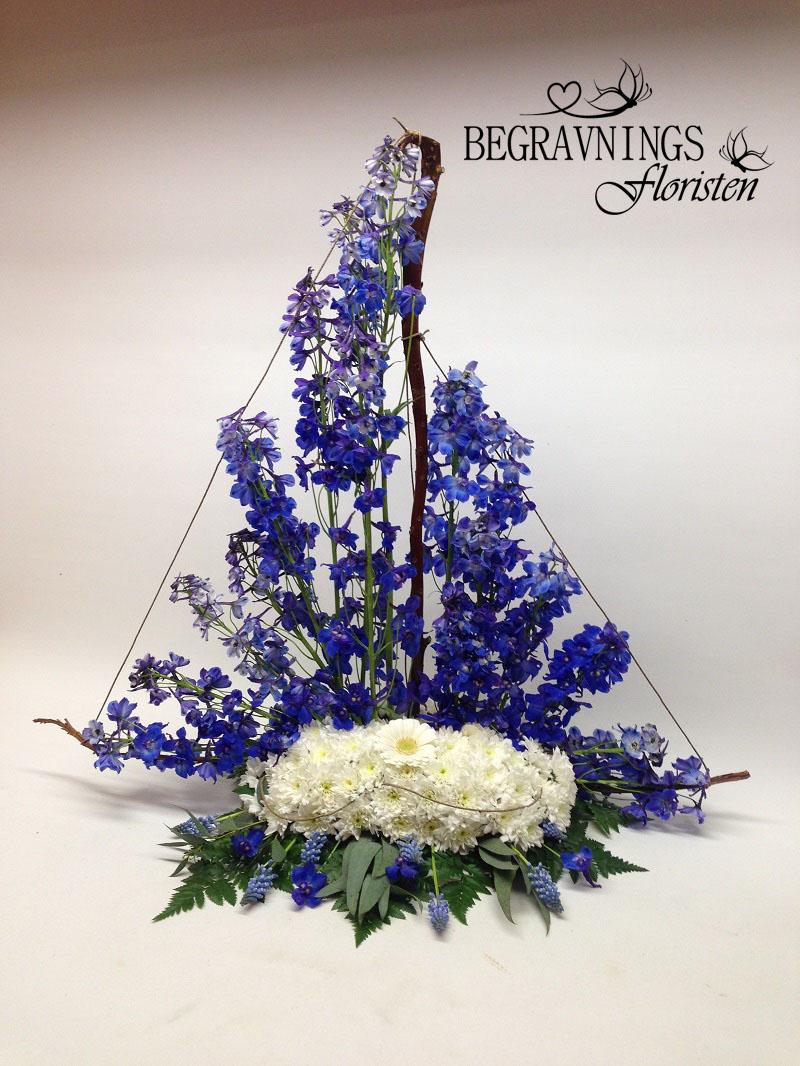 begravning-båt-blommor-blå
