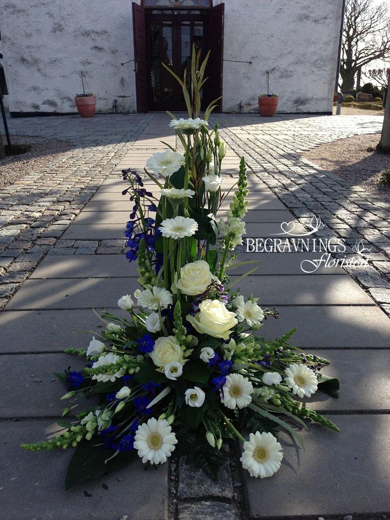 blommor-begravning-vit-ros-gerbera