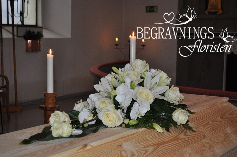 kistdekoration vita blommor