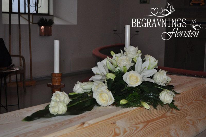 kistdekoration vita rosor liljor