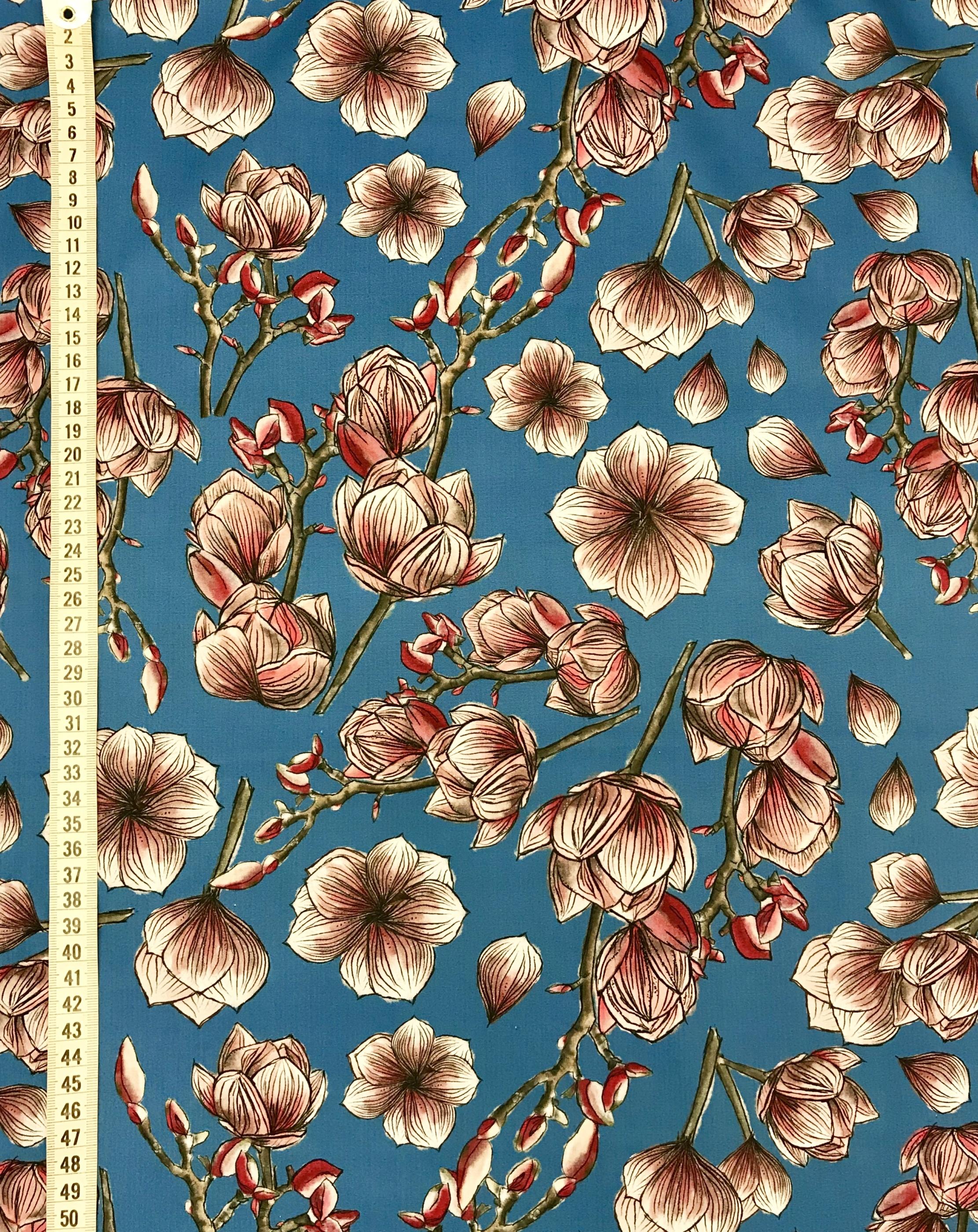 blå magnolia vävt bomullstyg metervara blommor