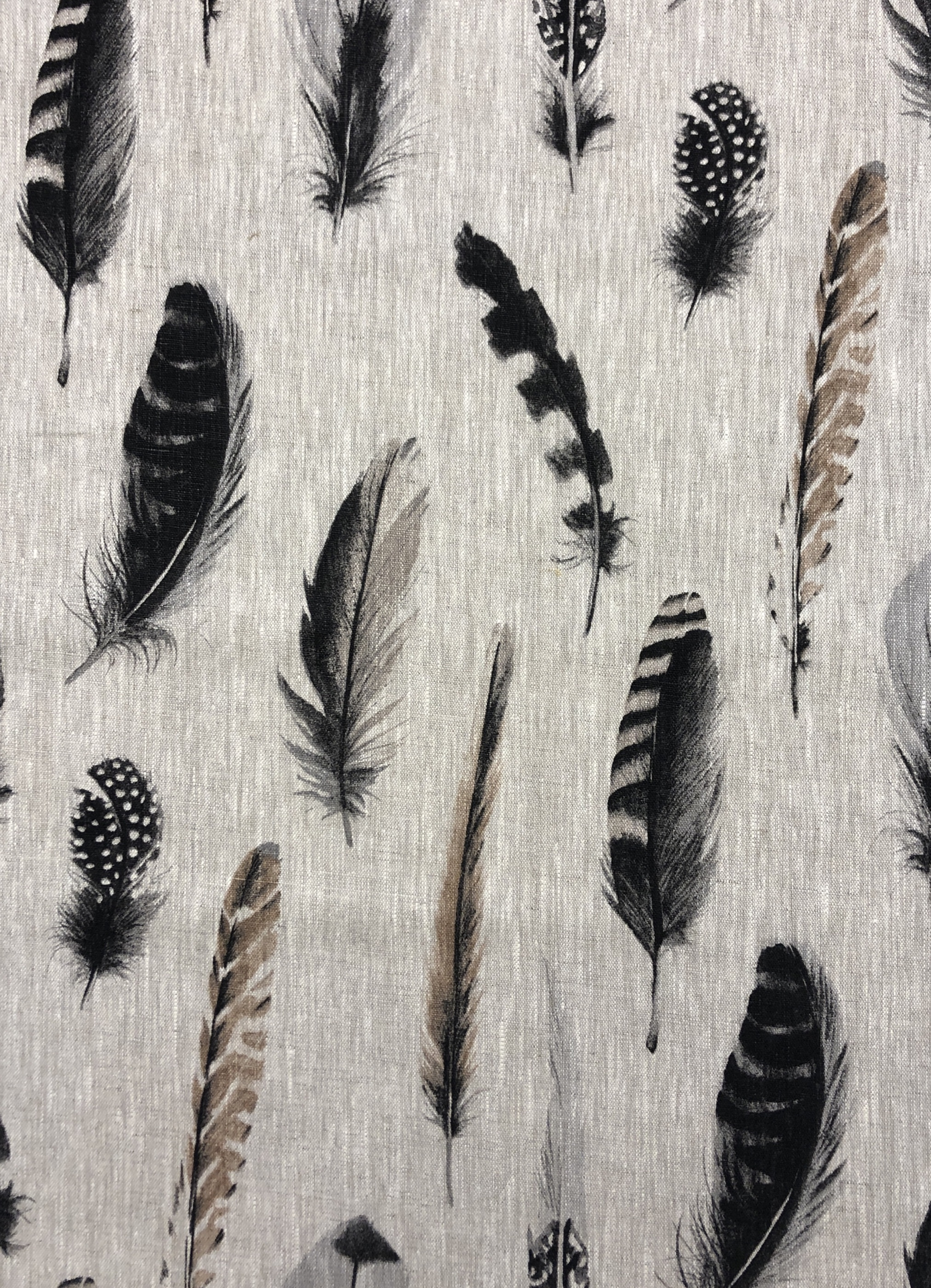 vackert lin linnetyg fjädrar fågelfjädrar natur verklighetstroget beige grå svart metervara Tyglust Laholm