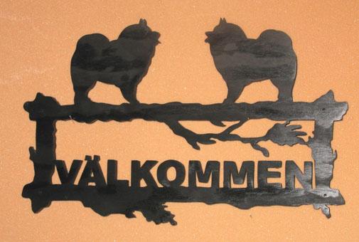 Välkommeskylt ca 43x28 cm Beroende på motiv Utsågad i trä Här visat med Kees hond som motiv Du kan få din egen ras Svartmålad Lackad för att kunna sitta ute