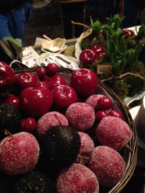Vaxade äpplen som finns i mini och stora, med och utan glitter. Perfekta till dekorering på brickor, bord, kransar, ljusstakar m.m. Finns i flera färger!