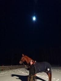 Lars promenerar i månskenet med Rossi som behöver gå ur resan ur benen.
