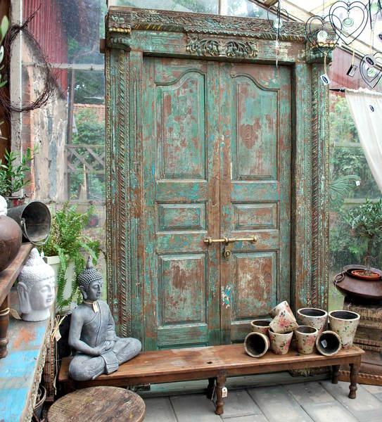 Vi älskar gamla dörrar från Indien, antika mästerverk med patina. Alltid flera dörrar i lager.