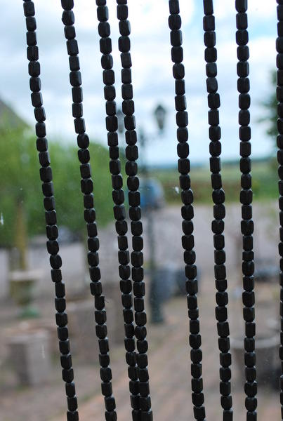 draperi av träkulor svart