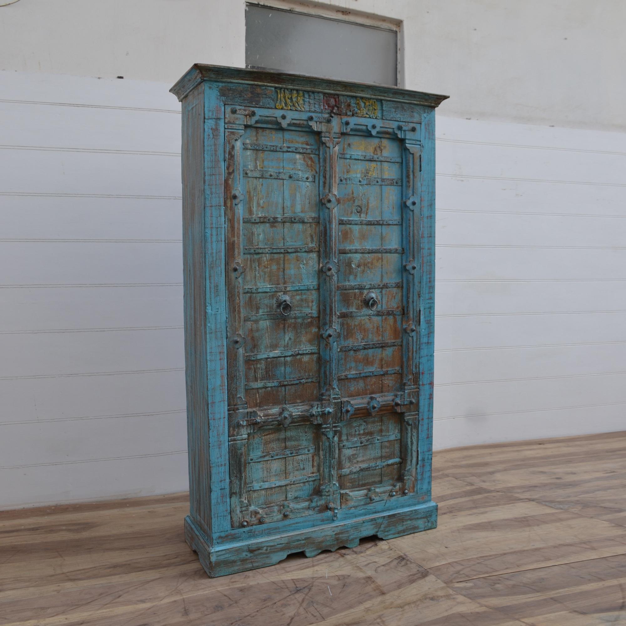 skåp med antika dörrar