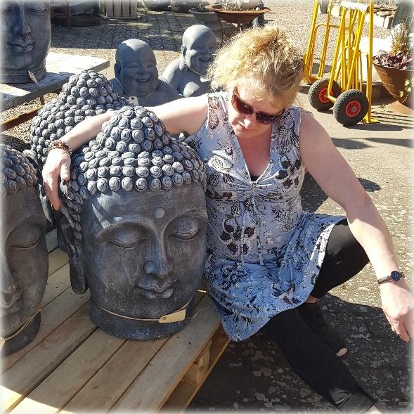 Anette med Buddha11