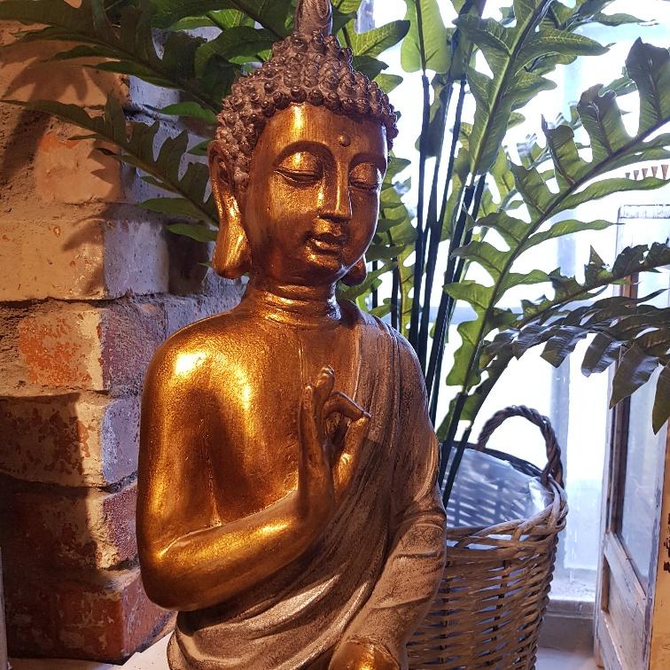 stående buddha nära