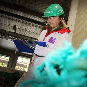 Benedikte Nashoug i Salt noterer ned type søppel de har funnet, og hvordan de antar at søpla har havnet i havet. FOTO: PETTER STRØM / NRK