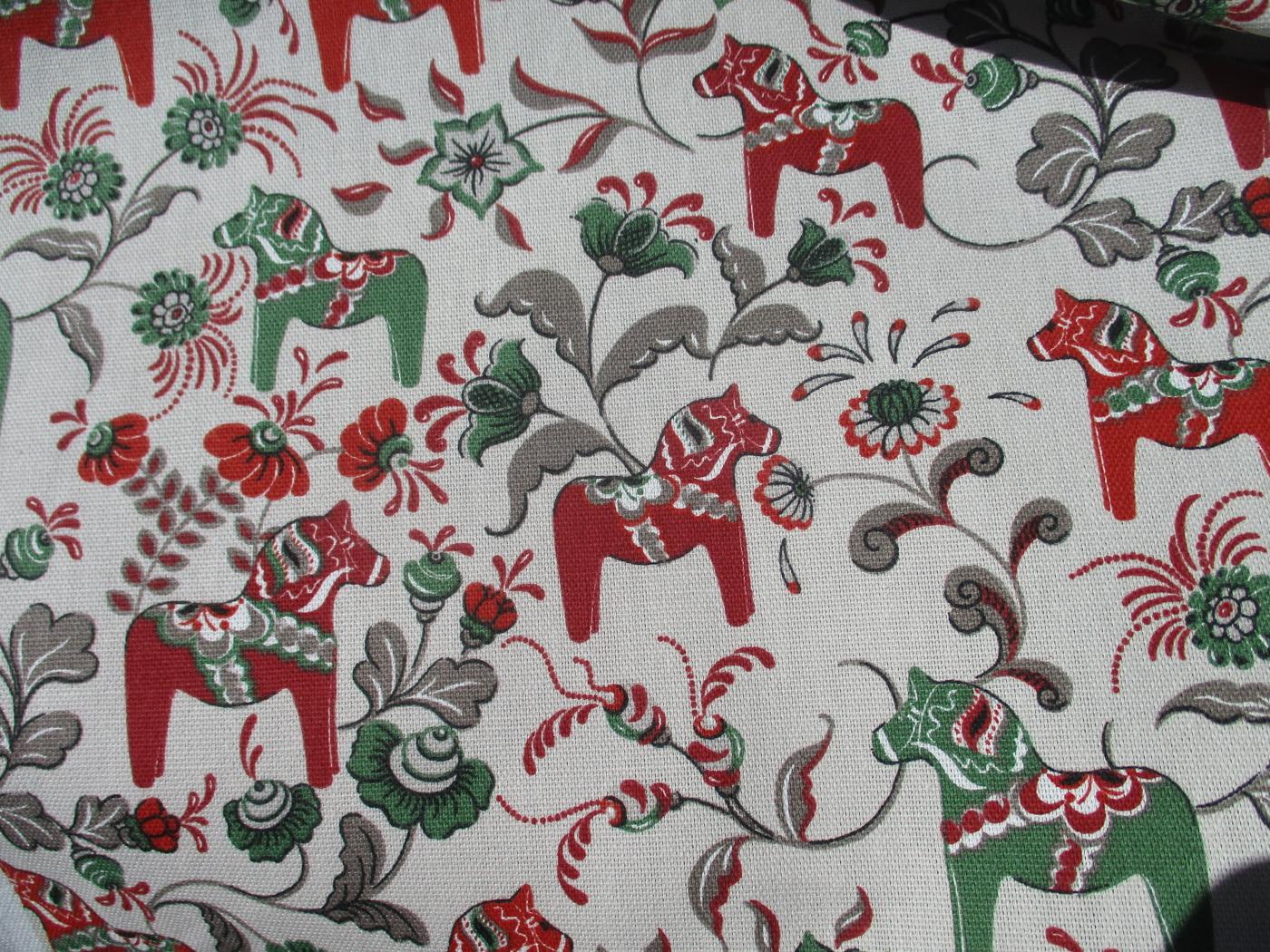 Röd och gröna hästar med grå botten färg