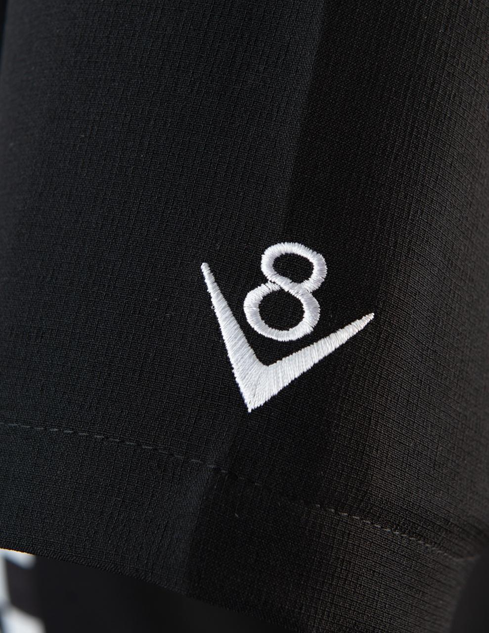 v8 märket på ärmen