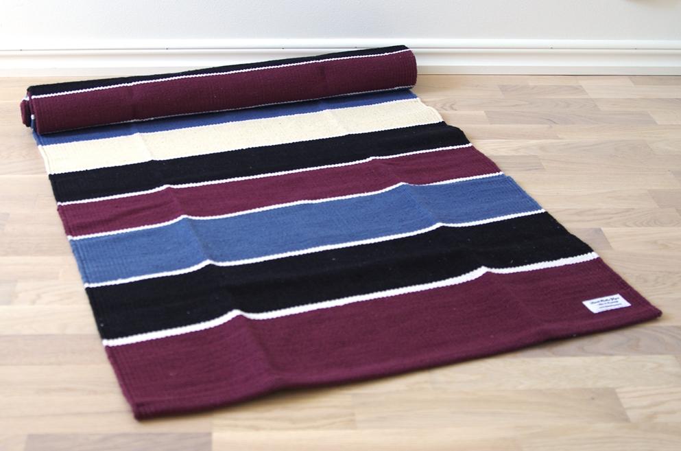 Matta Röd blå vit svart ca 188 cm