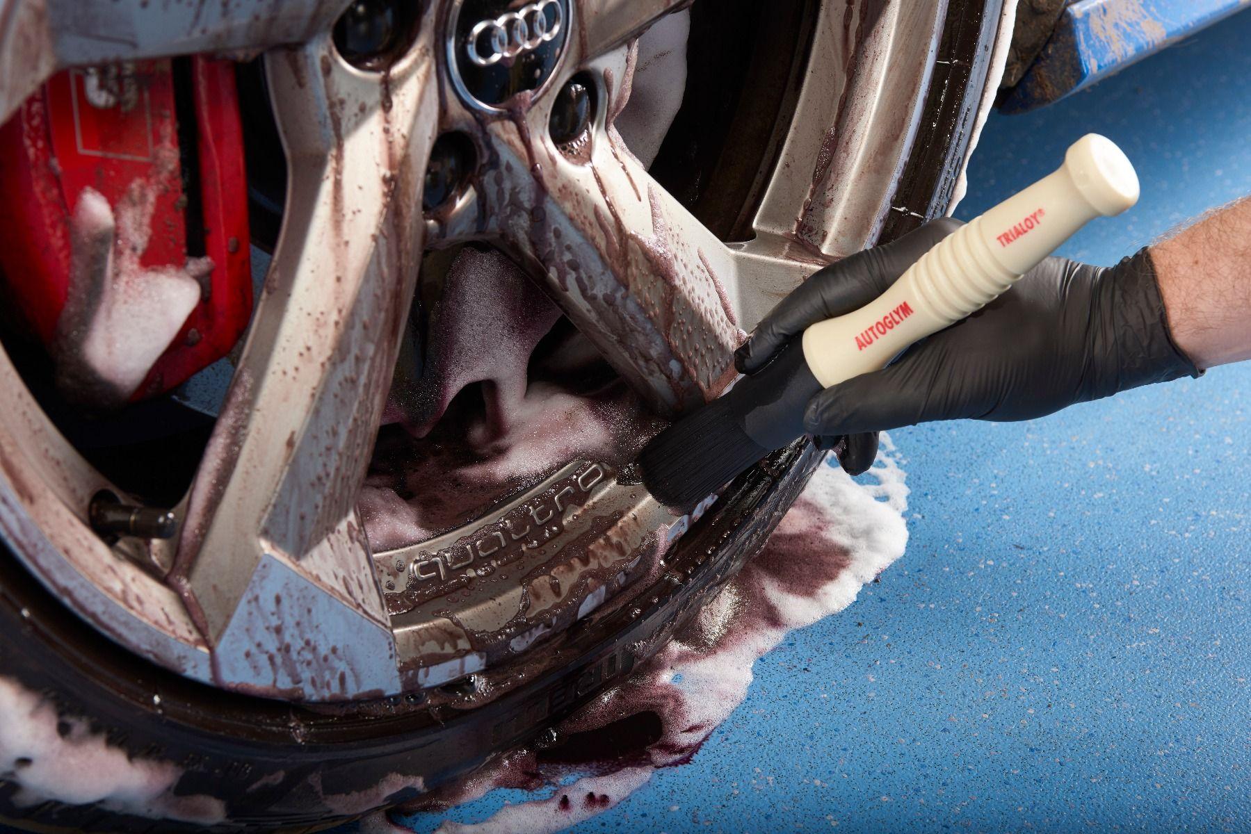 6846_077-agitating_mousse_with_wheel_brush