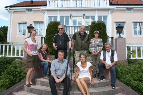 Övre raden från vänster: Helena Odenrick, markägare, Camilla Bäck, Lars Gunnar Lindén, Thomas Åkervall, Anita Olsson och handledaren Sune Nilsson. I förgunden: Mats Lindmark och Anne Nerell.