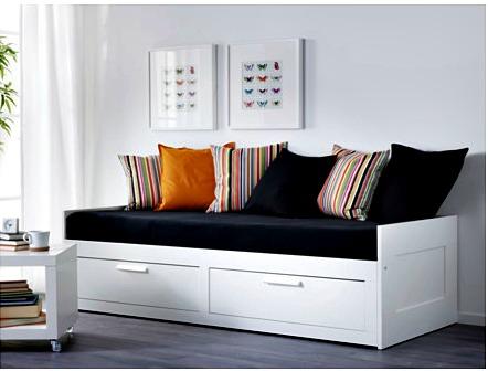 Ibland får sängen fungera som soffa eller läxhörna. Bild från IKEA