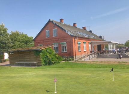 Kvarnby Golf & Bykrog - Trädgårdssidan med uteservering