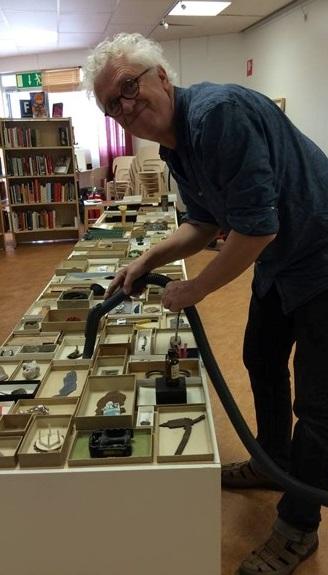 Konstnären rengör utställingen före vernissage i Skinnskatteberg. Foto Maria Lindgren