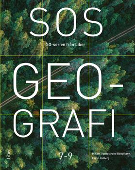Bildtext: En av böckerna i SOS-serien, SOS Geografi. Syntolkning: Omslagsbild SOS Geografi. En frodig, grön skog, genomskuren av en väg, fotograferad rakt uppifrån.