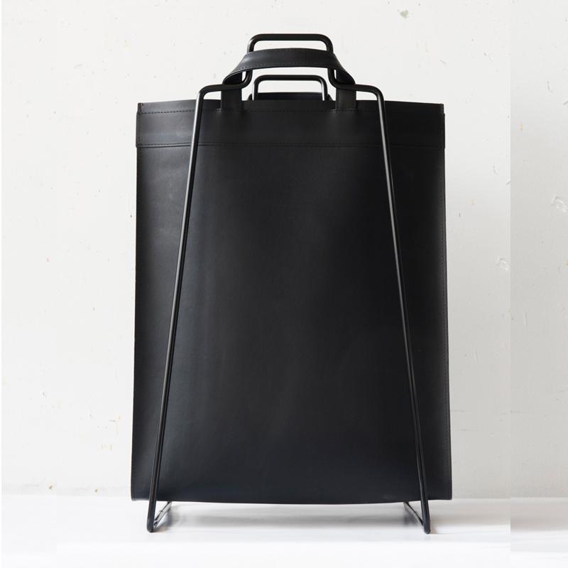 Everyday design. Svart väska återanvänt läder