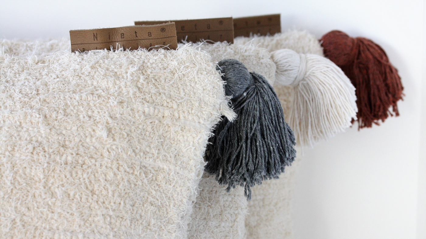 Nieta Atelier. Kuddar med tofs återvunnen textil.