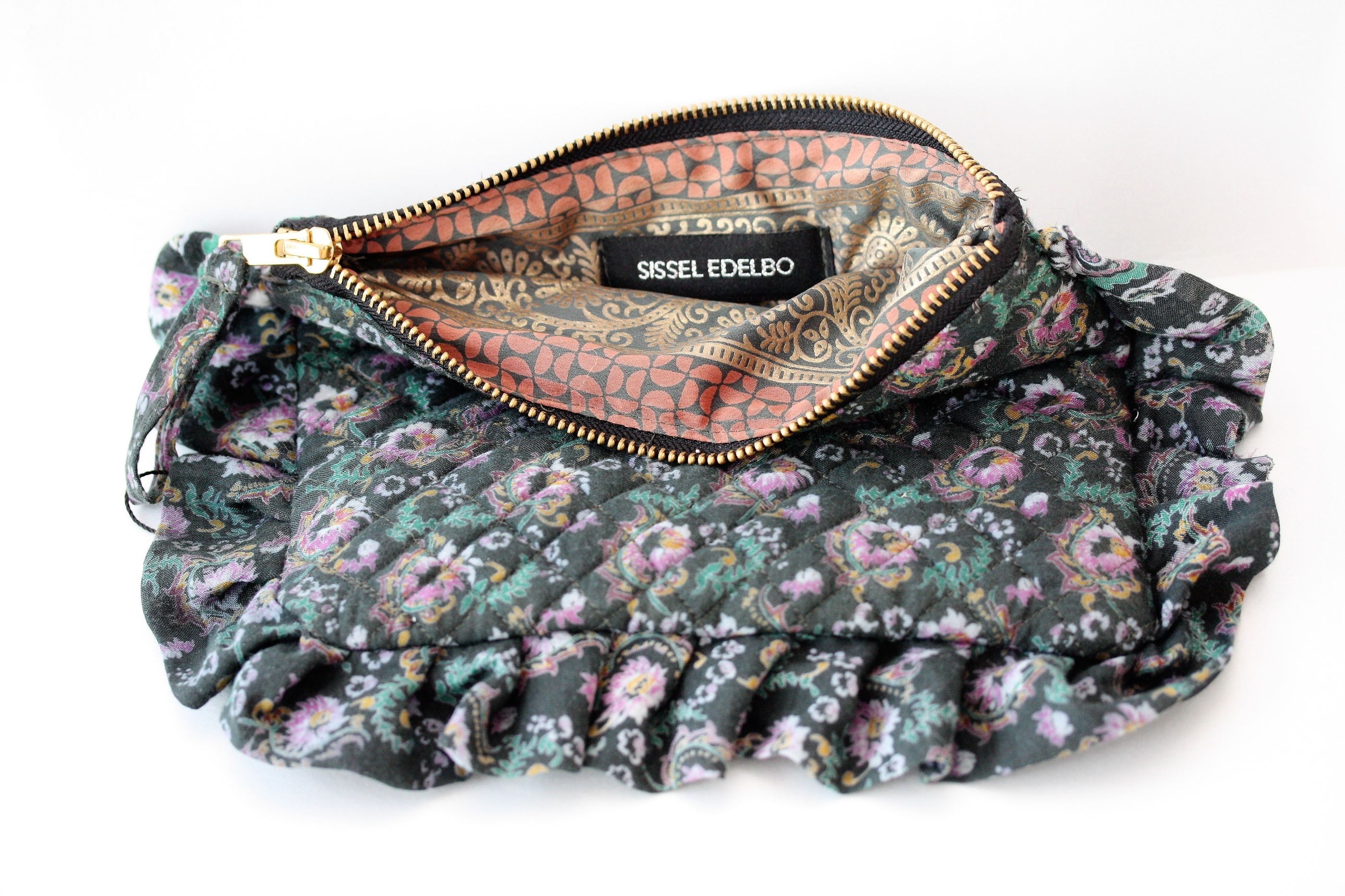 Sissel Edeblo. Frill purse blommig, återvunna saris.