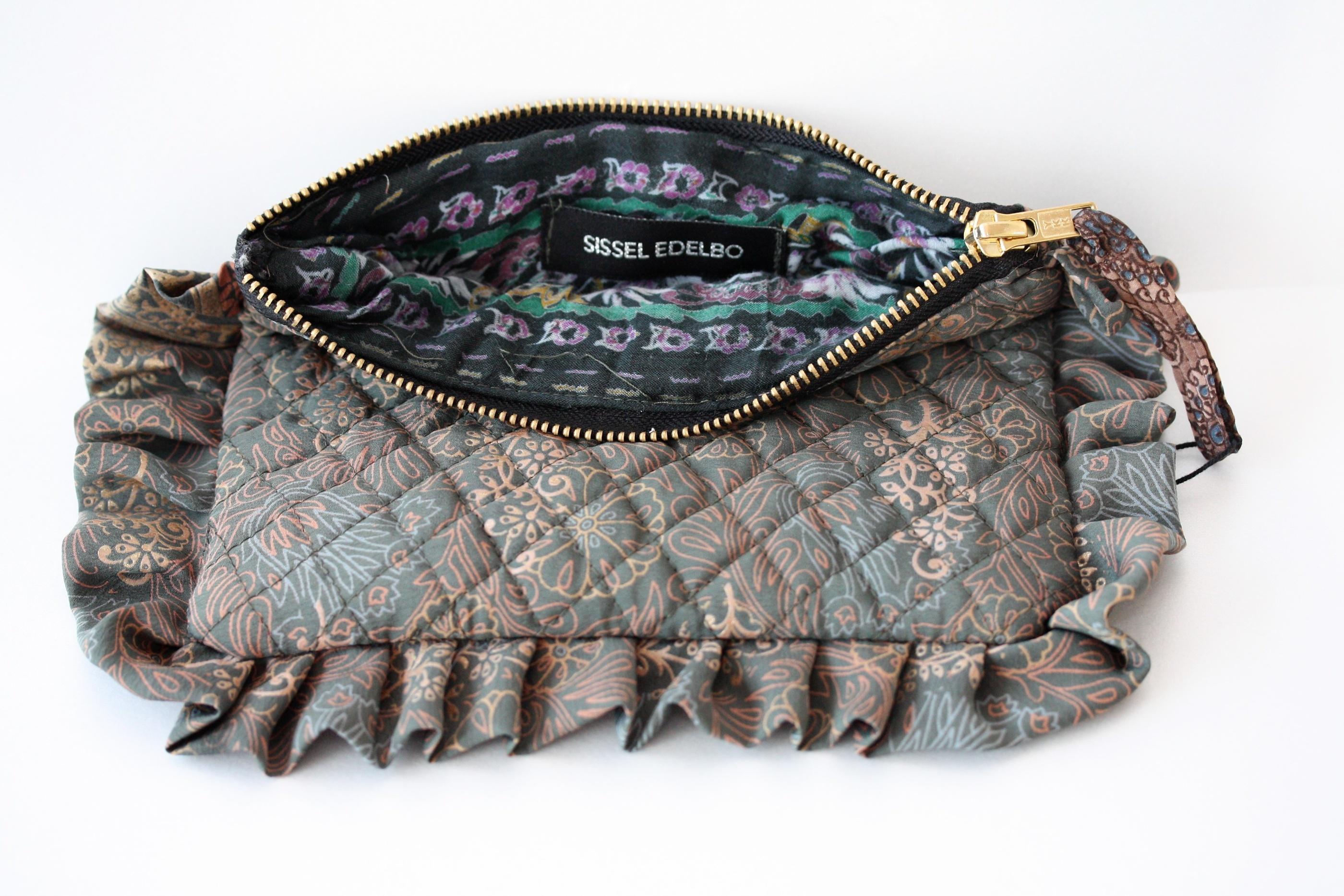 Sissel Edelbo. Frill purse grön, återanvända saris.