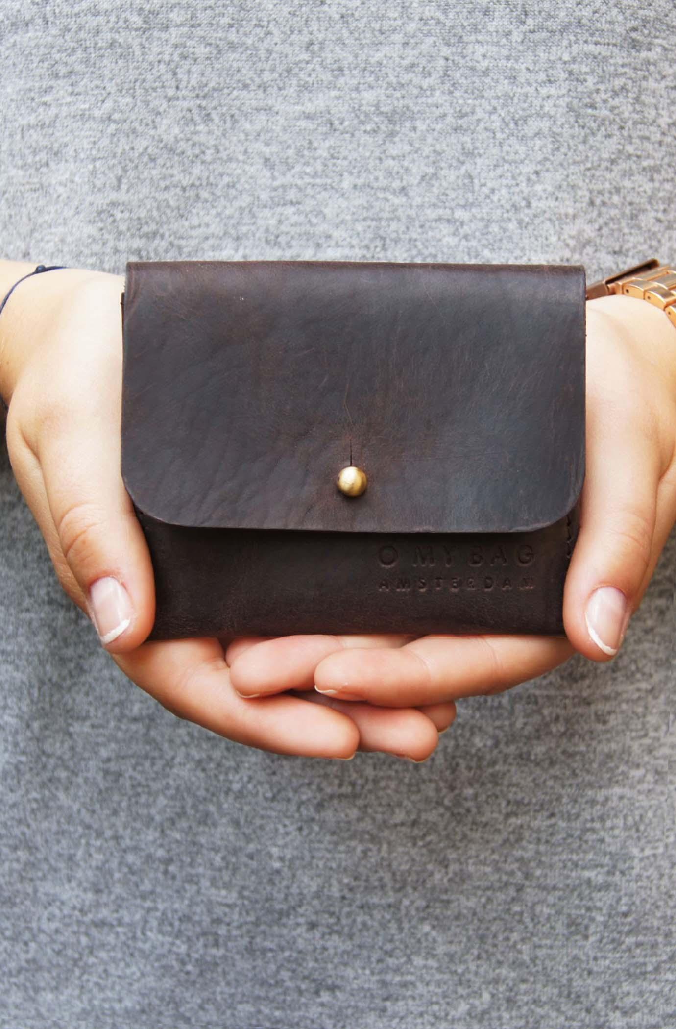 Korthållare Dark Brown i handen