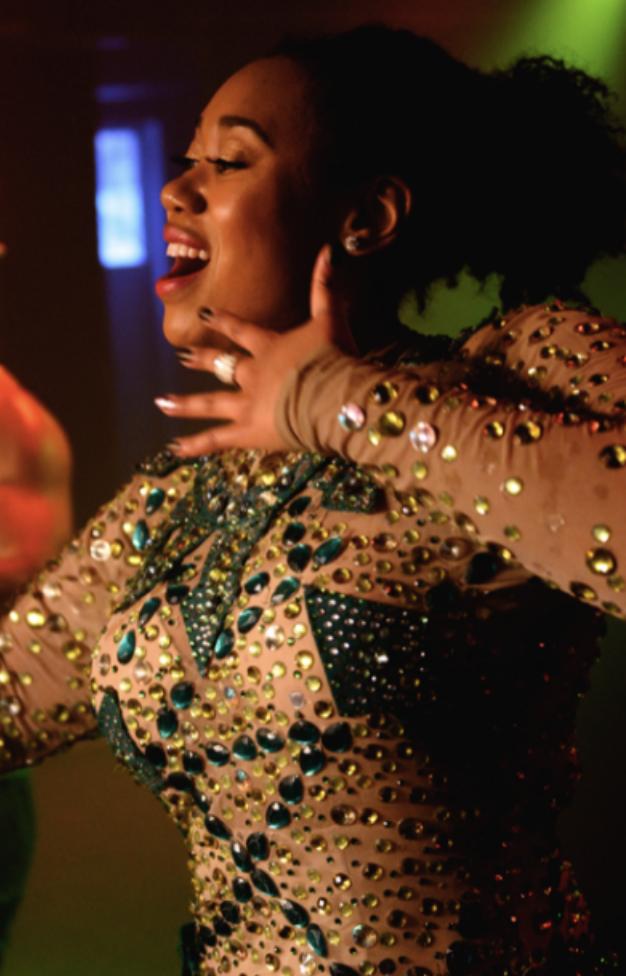 Jackie leder en danslektion för 200 pers