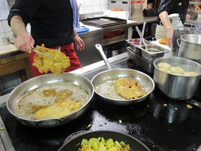 Bilder från köket på Hotel Steinerwirt i Zell am See. Notera mängden olja i pannan. Schnitzeln ska simma i olja och i det närmaste friteras.