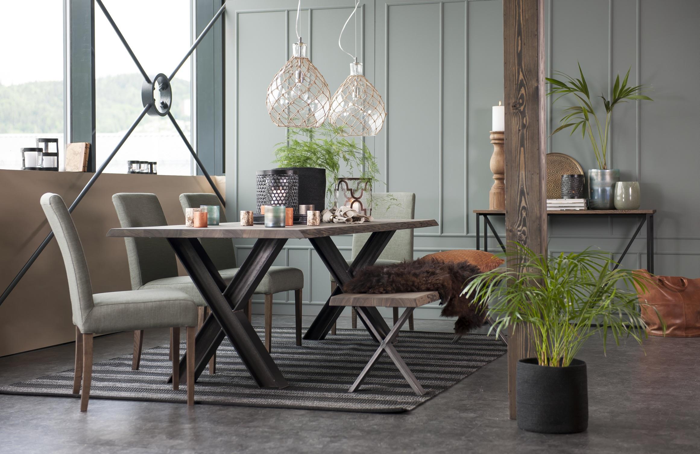 Forest matbord från Kristensen & Kristensen. Den snygga sittbänken är i samma serie och går att beställa.