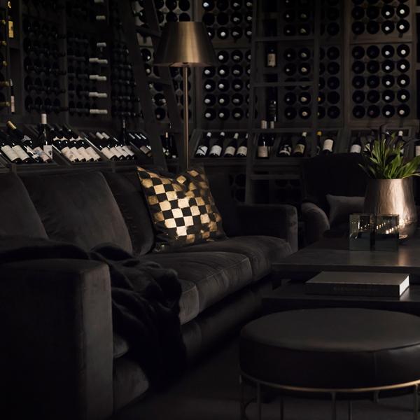 SENNA Sofa 3-s Velvet charcoal tygsoffa artwood online vardagsrum lyx miljö