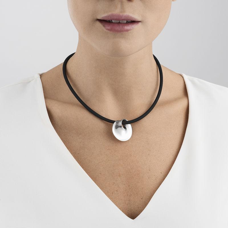 OnModel__3536032-MÖBIUS-pendant-sterling-silver