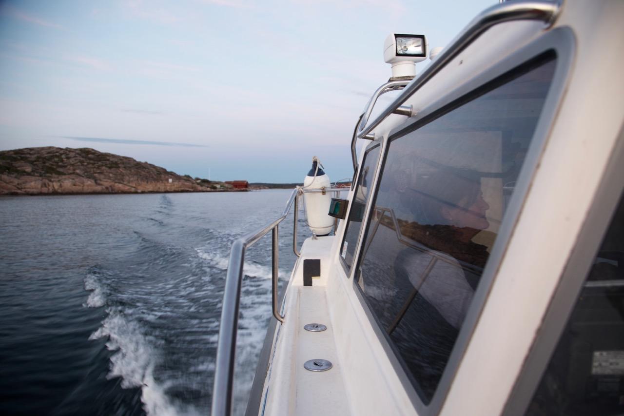 Åsa kör sjötaxi i Fjällbacka skärgård  till vardags.