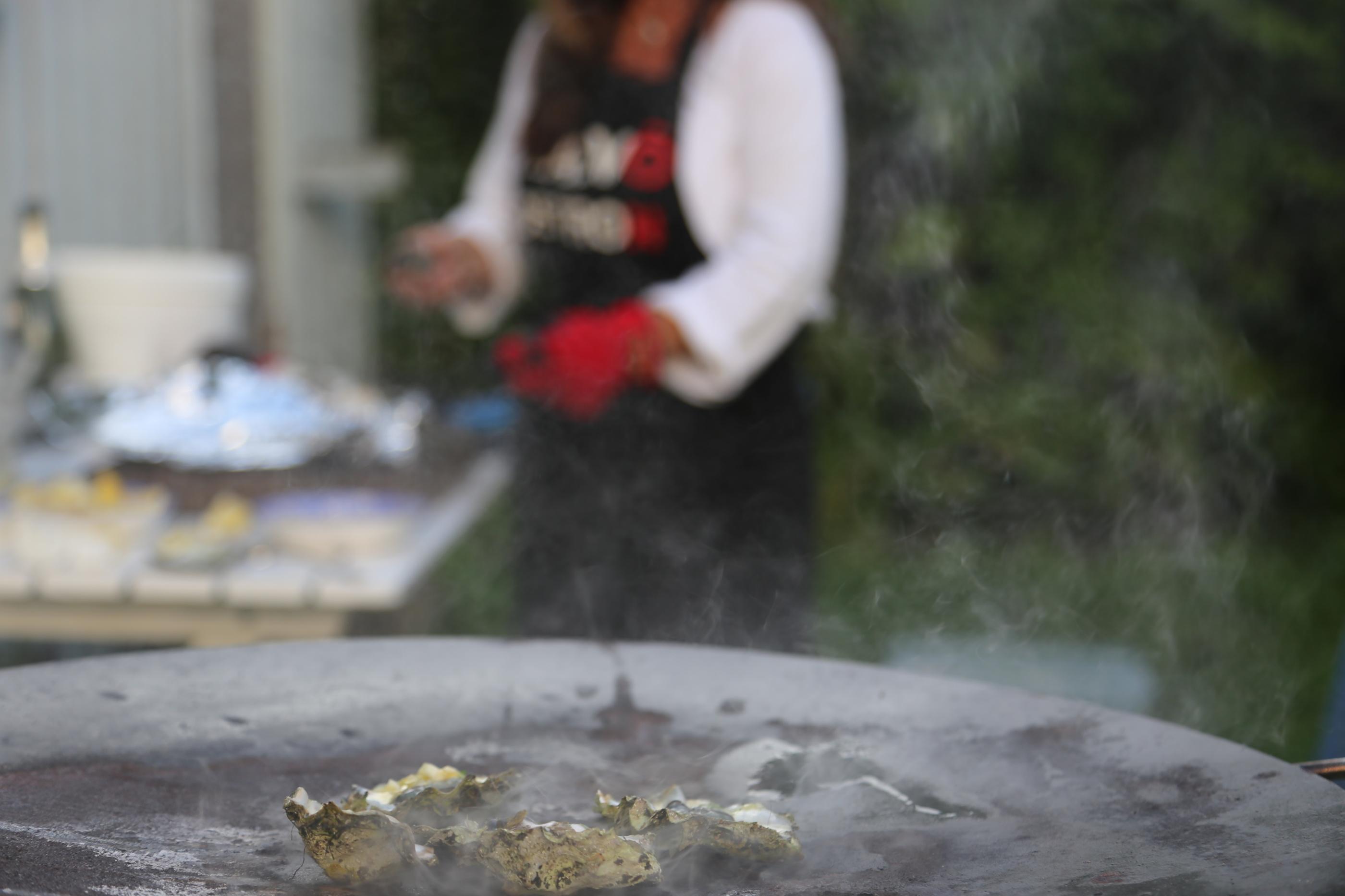 Åsa öppnar ostron.