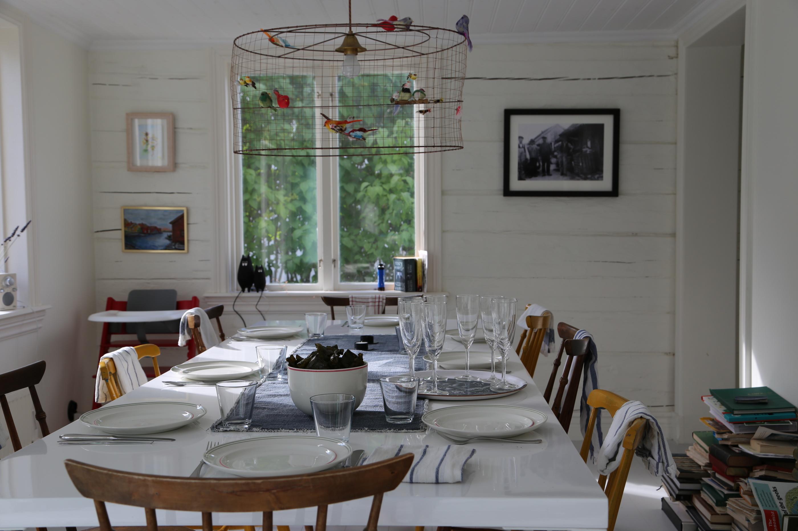 Bordet är dukat i Evert hus på Kalvö.