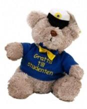 Studentbjörn med tröja och texten grattis till studenten på tröjan