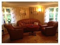 Vardagsrum med kamin och TV