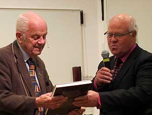 Föreläsningsföreningens ordf. Börje Söderqvist tackar Bengt Göransson med en bok.