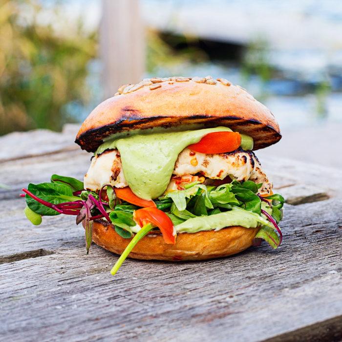 Källa ELLE Mat & Kök - Halloumiburgare med tomatsalsa och avokadokräm.