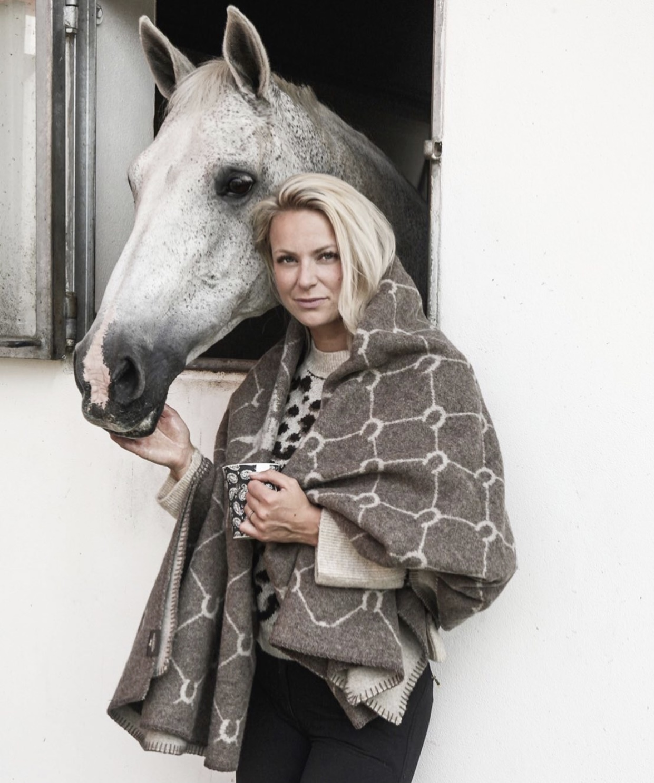 ADAMSBRO Luxe Merino Horseshoe Pläd IMAGE BY ME